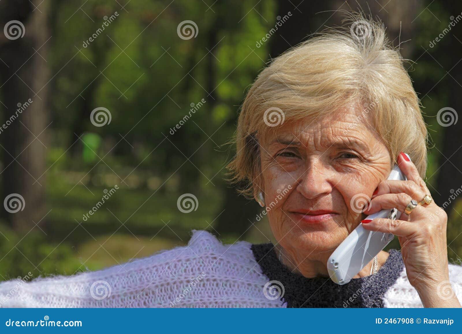 Donna anziana con il telefono