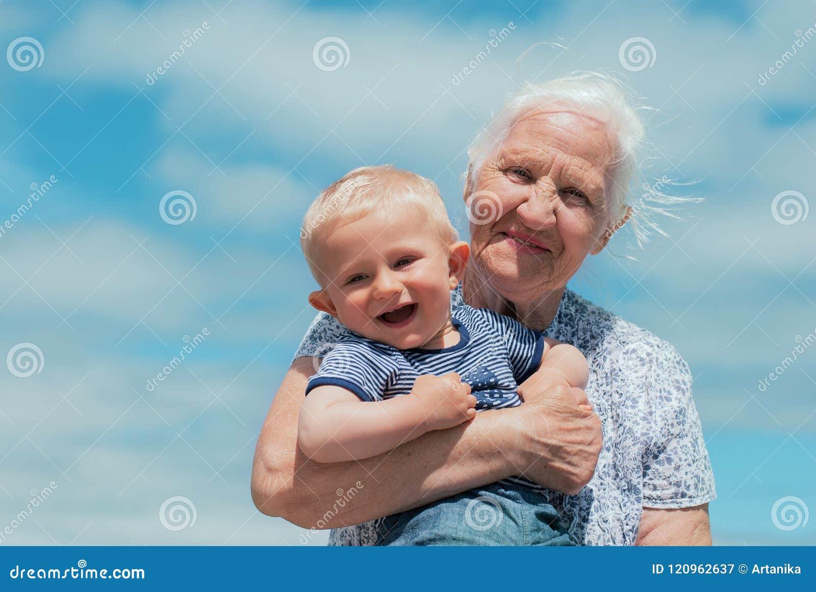 giovane maschio datazione donna anziana