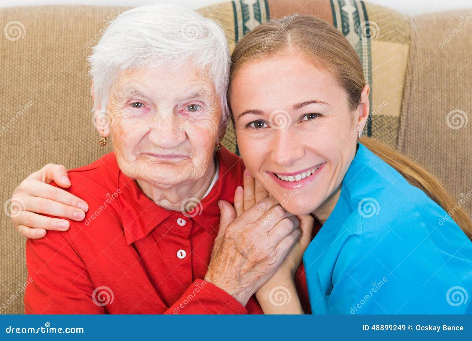 Donna anziana e giovane personale sanitario