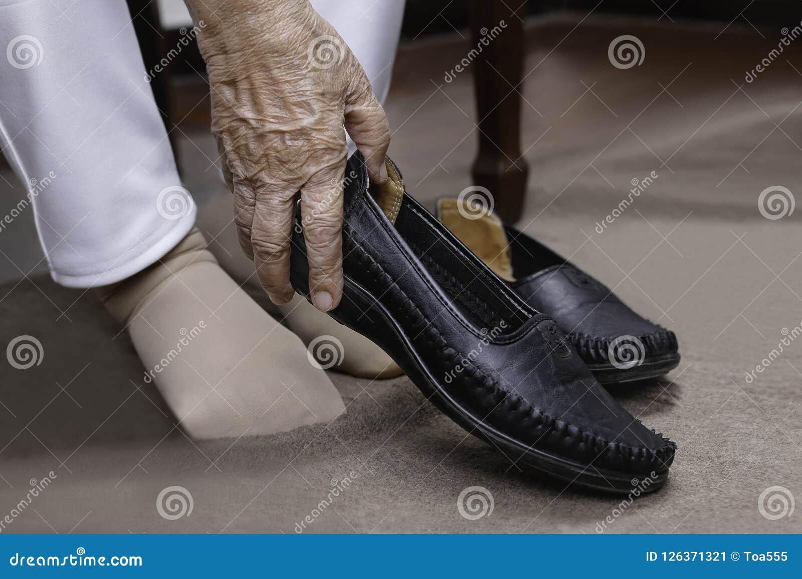 Anziana Immagine Gonfiata Sulle Piedi Donna Mettono Scarpe Stock Che Nmn0w8