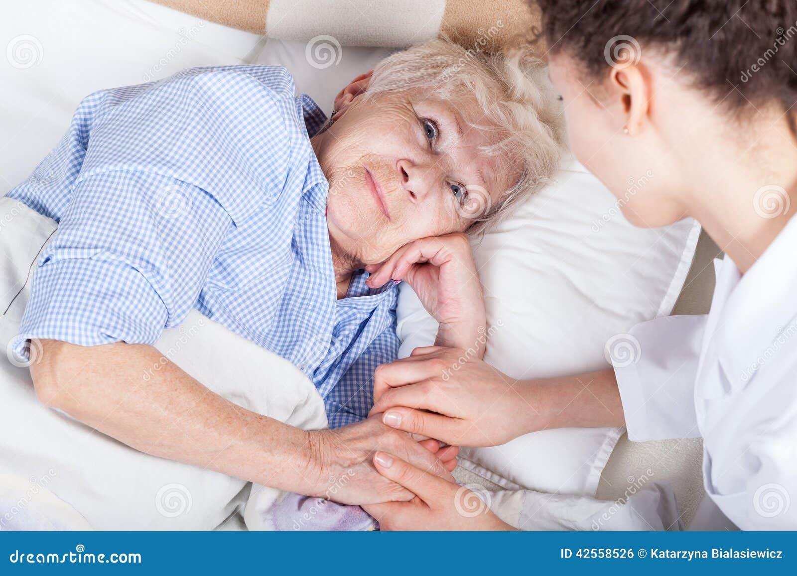 Donna anziana a letto