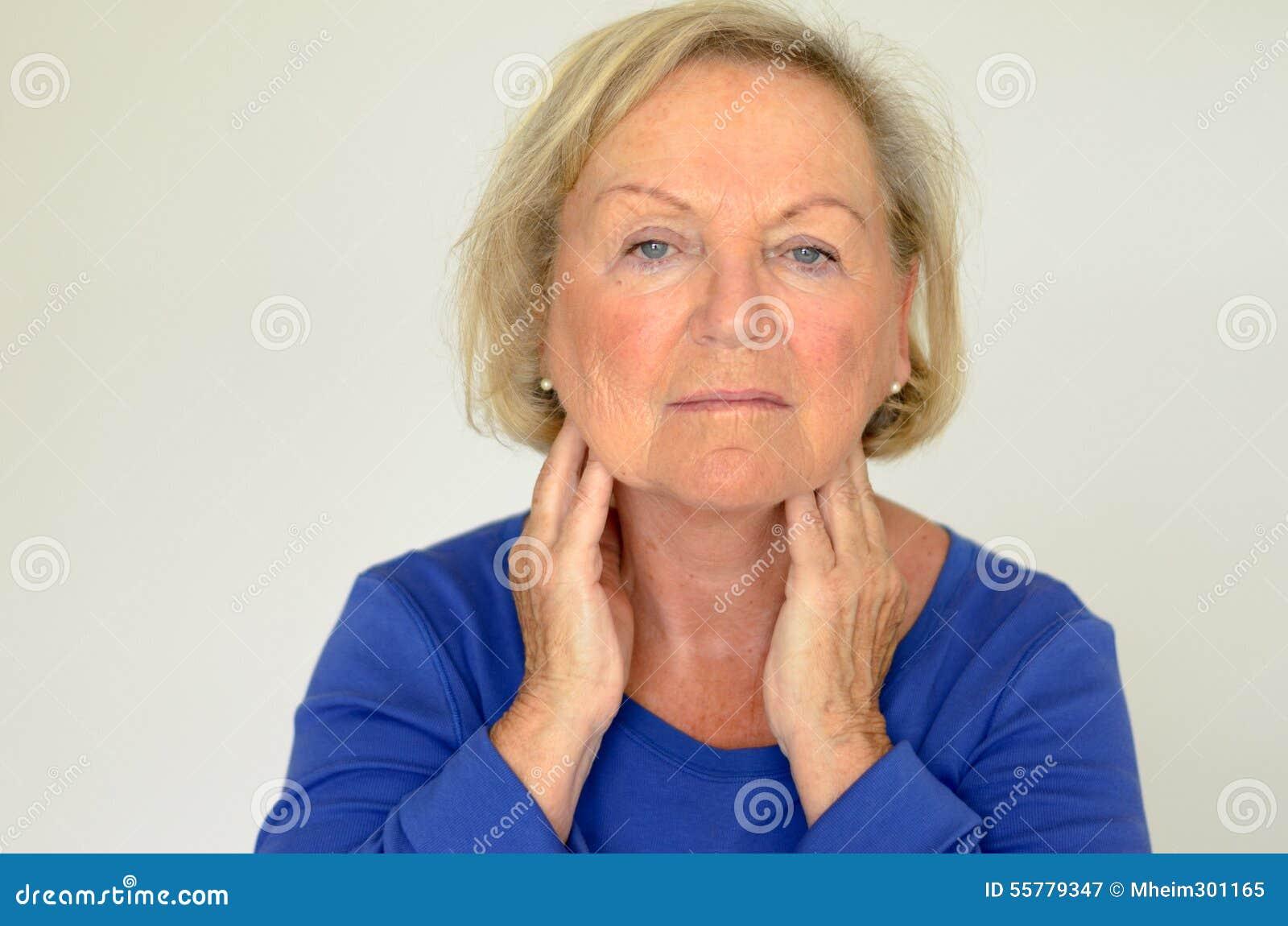Donna anziana premurosa con le sue mani al suo collo