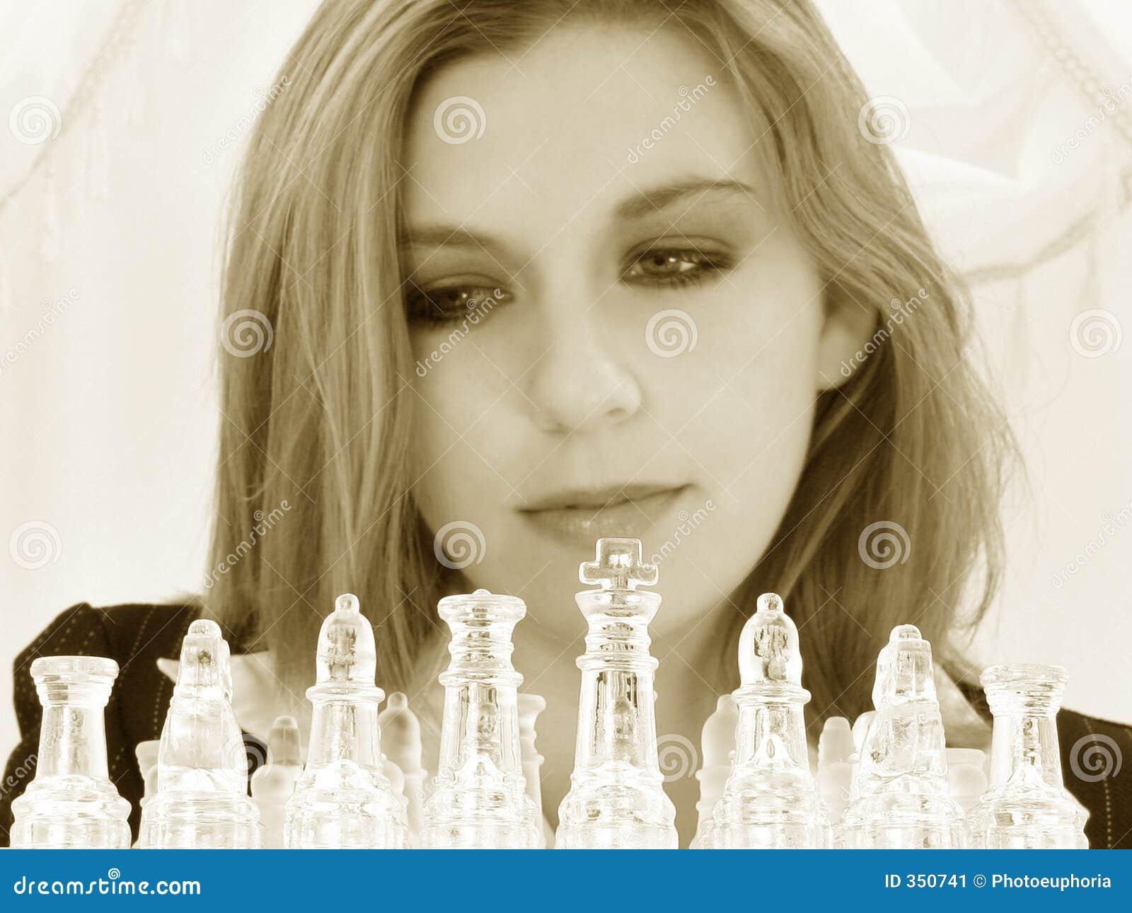 Donna anziana quinquennale di affari venti bei con l insieme di scacchi