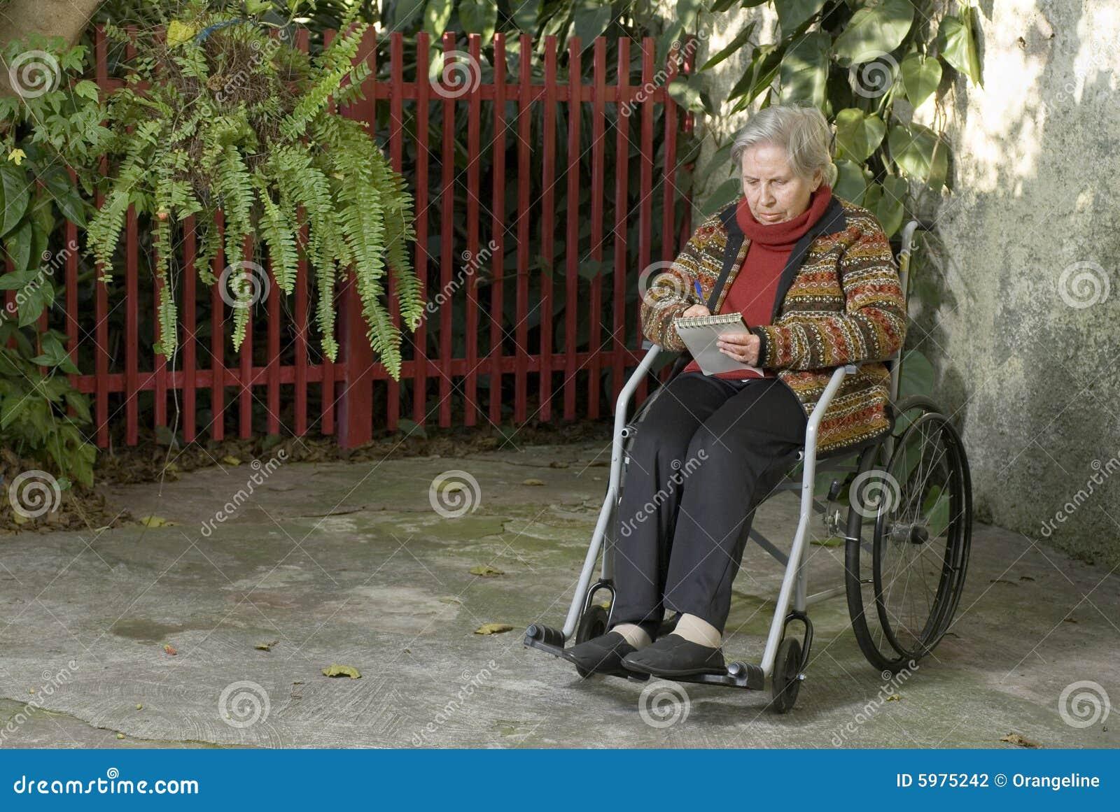 Orizzontale A Anziana Stock In Donna Sedia Fotografia Rotelle mv0wP8nyNO