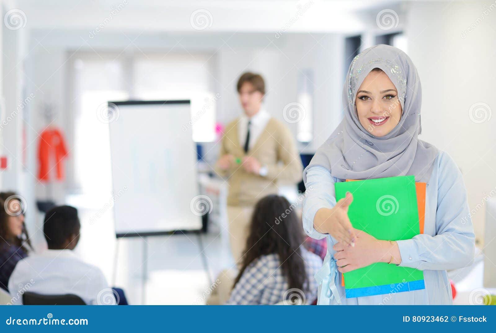 Donna araba di affari che lavora nel gruppo con i suoi colleghi all ufficio startup
