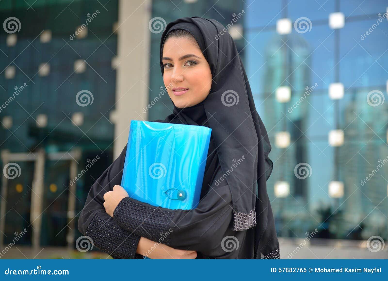 Donna araba di affari di Emarati fuori dell ufficio