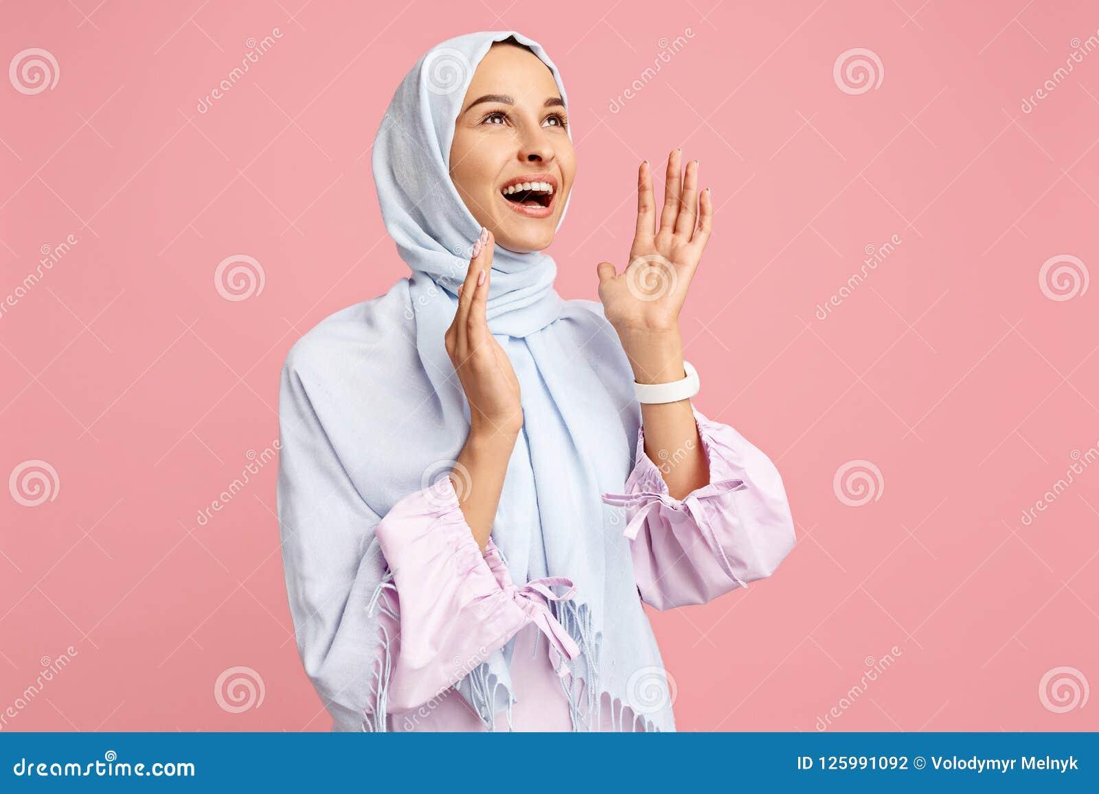 Donna araba felice nel hijab Ritratto della ragazza sorridente, posante al fondo dello studio