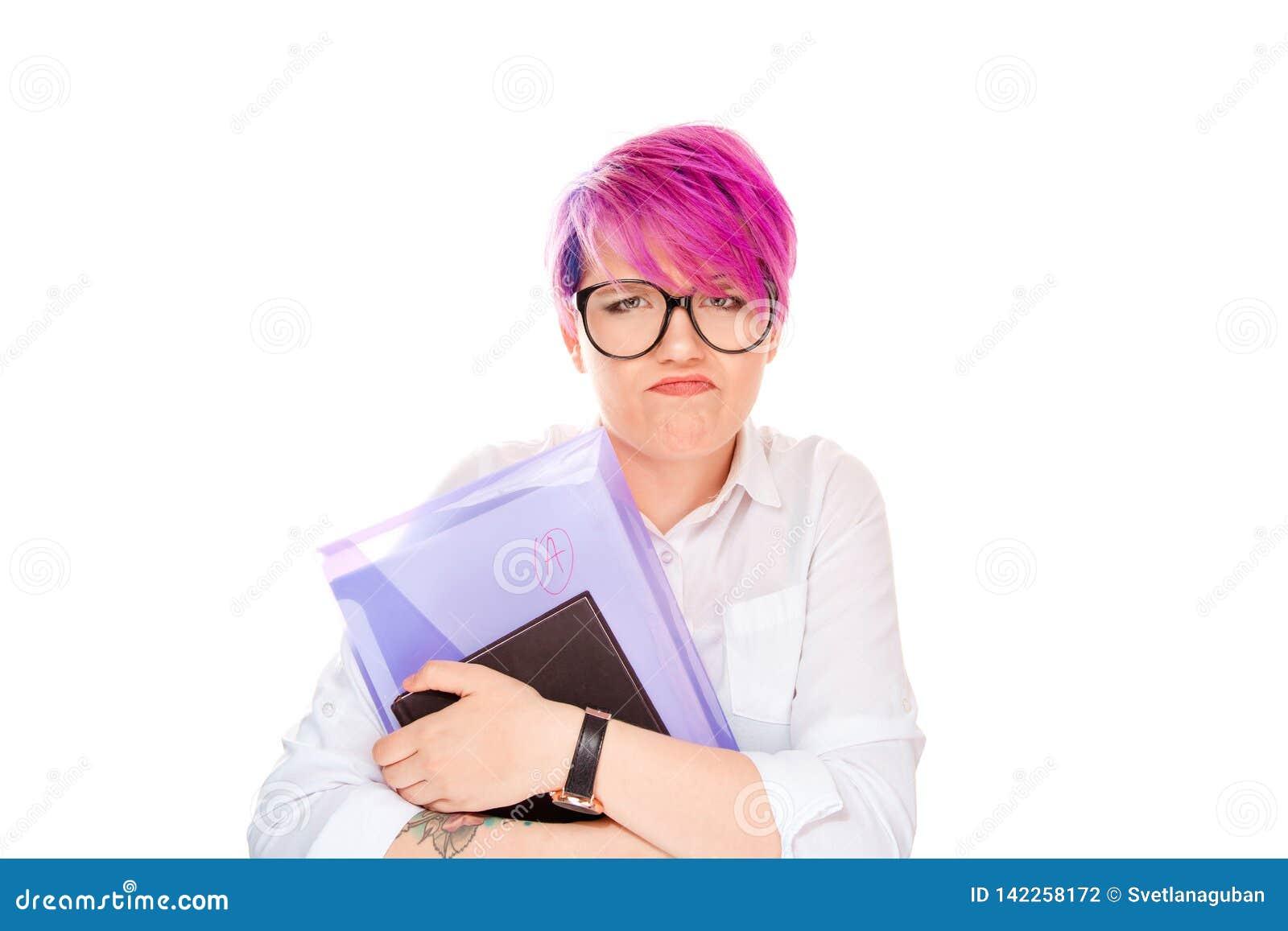 Donna arrabbiata che tiene la cartella dei libri con una nota su bianco