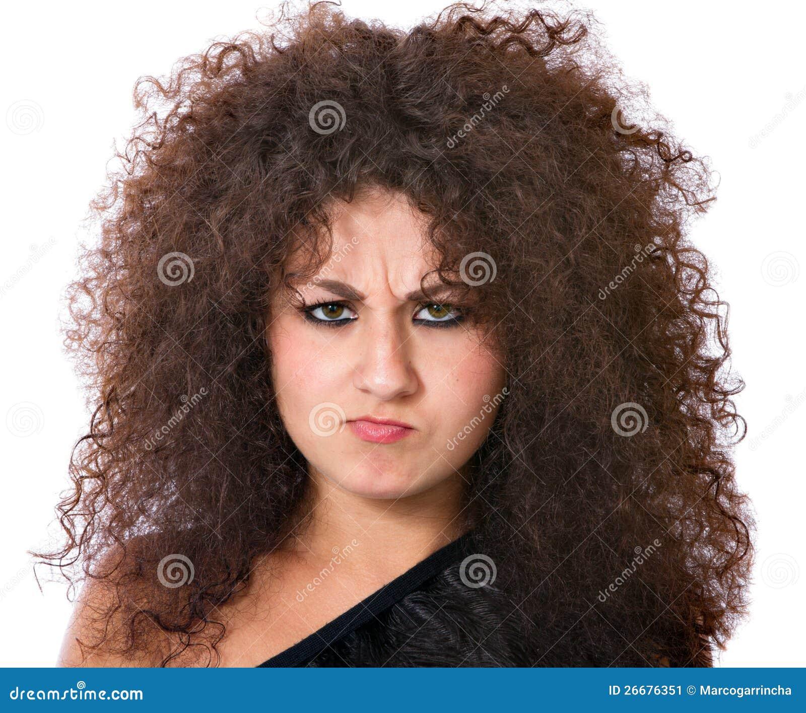 Donna arrabbiata con capelli ricci pazzeschi