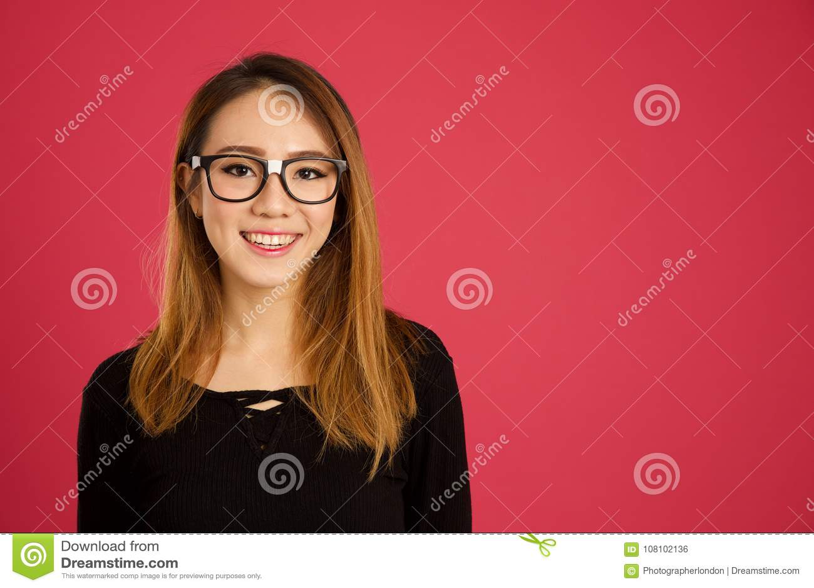 Donna asiatica abbastanza giovane nello studio