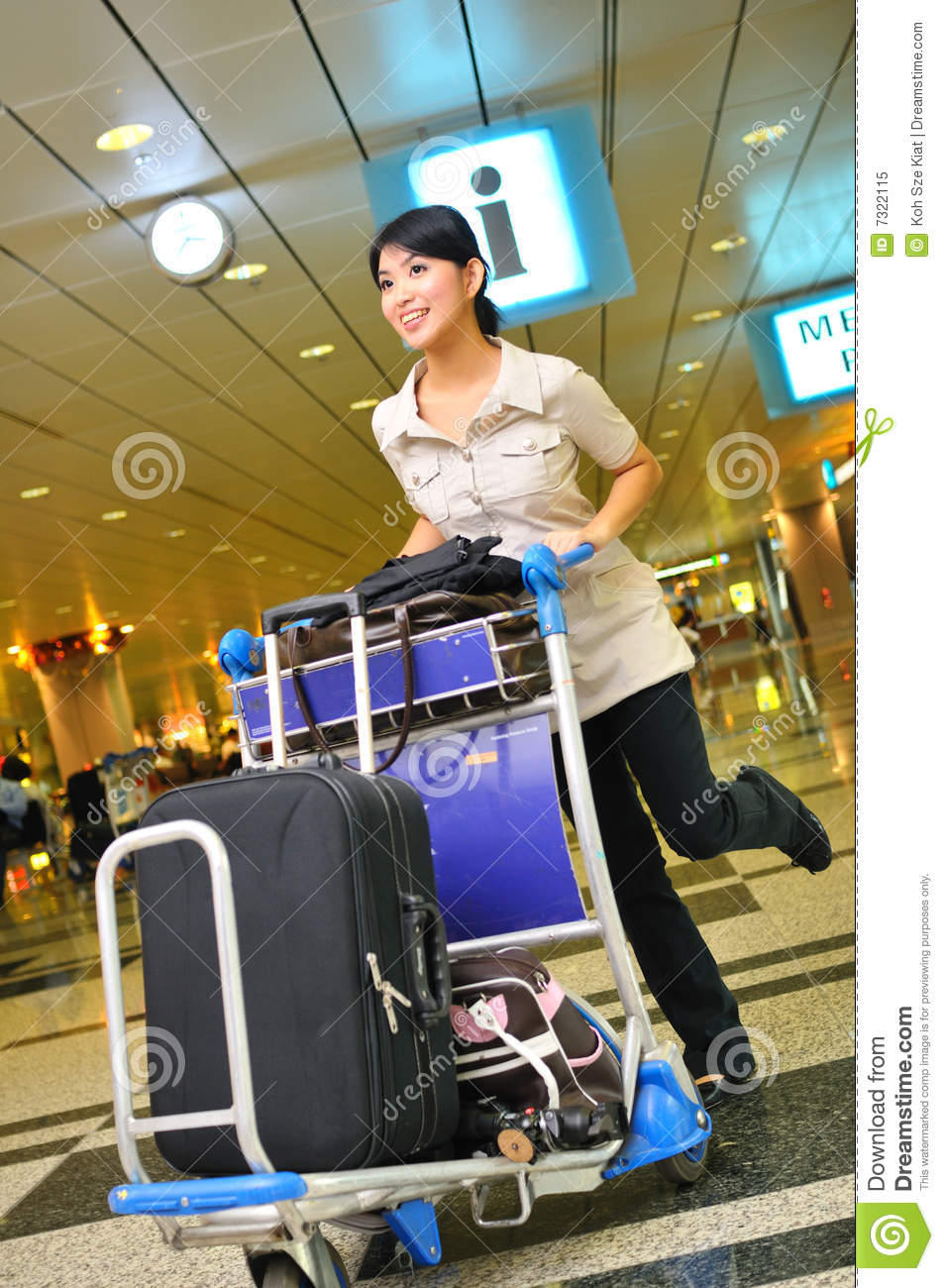 Donna asiatica all aeroporto