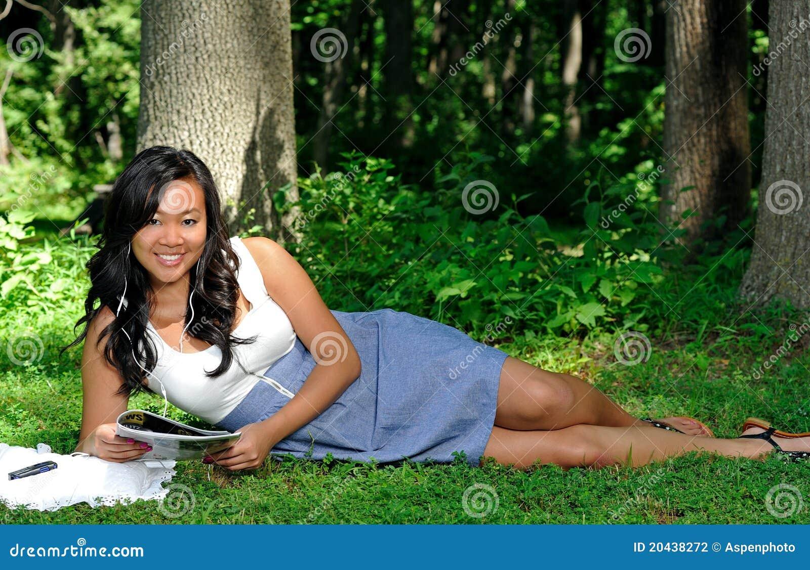 Donna asiatica che legge uno scomparto in sosta