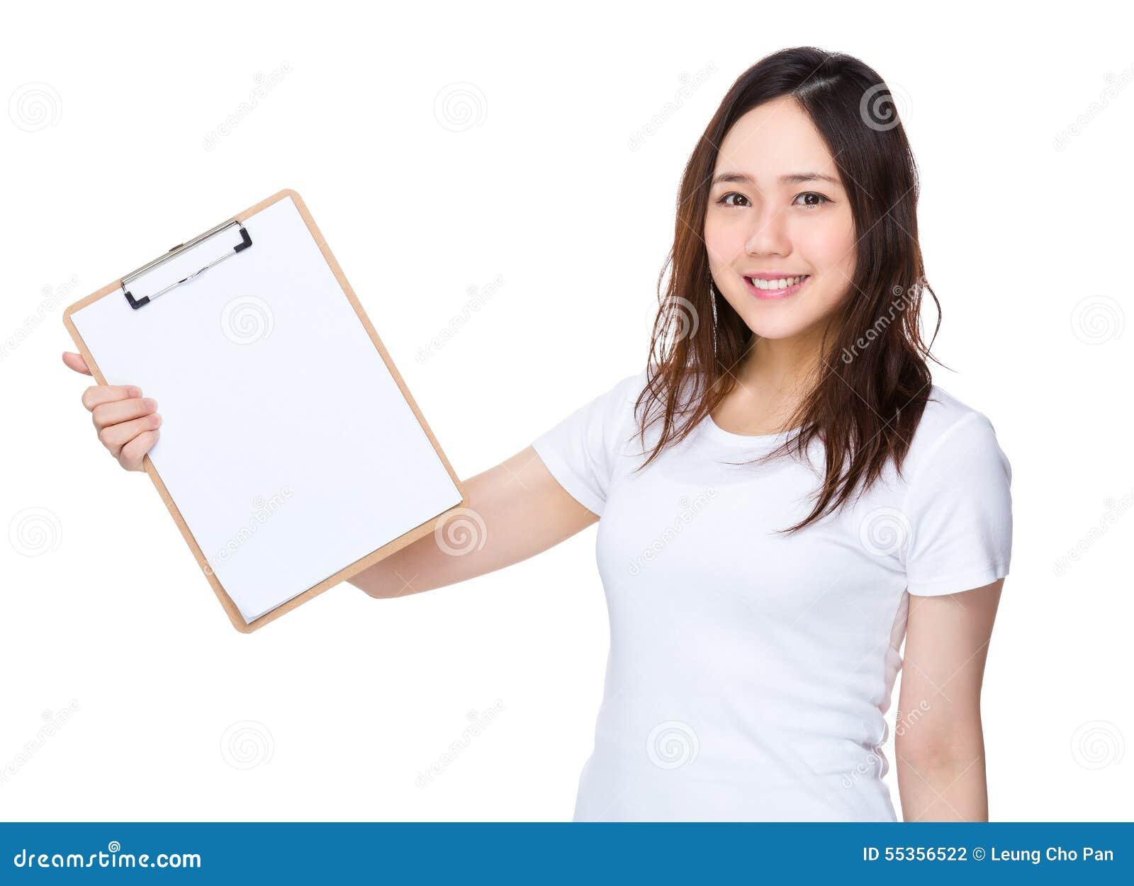 Donna asiatica che mostra lavagna per appunti