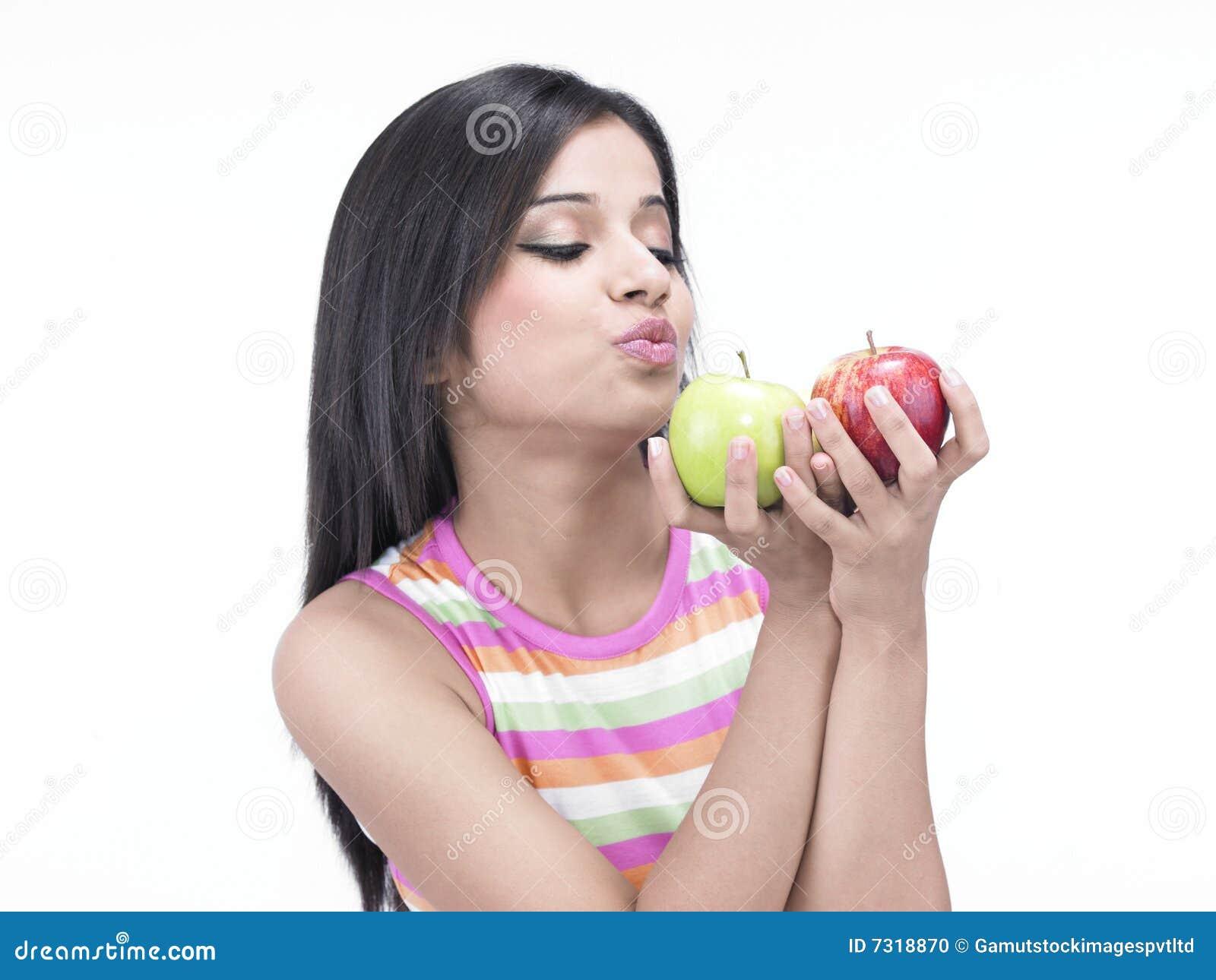 Donna asiatica con due mele