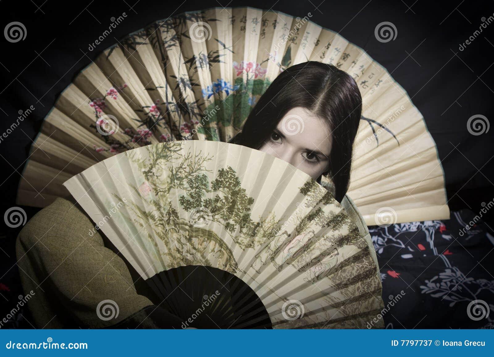 Donna asiatica con il ventilatore