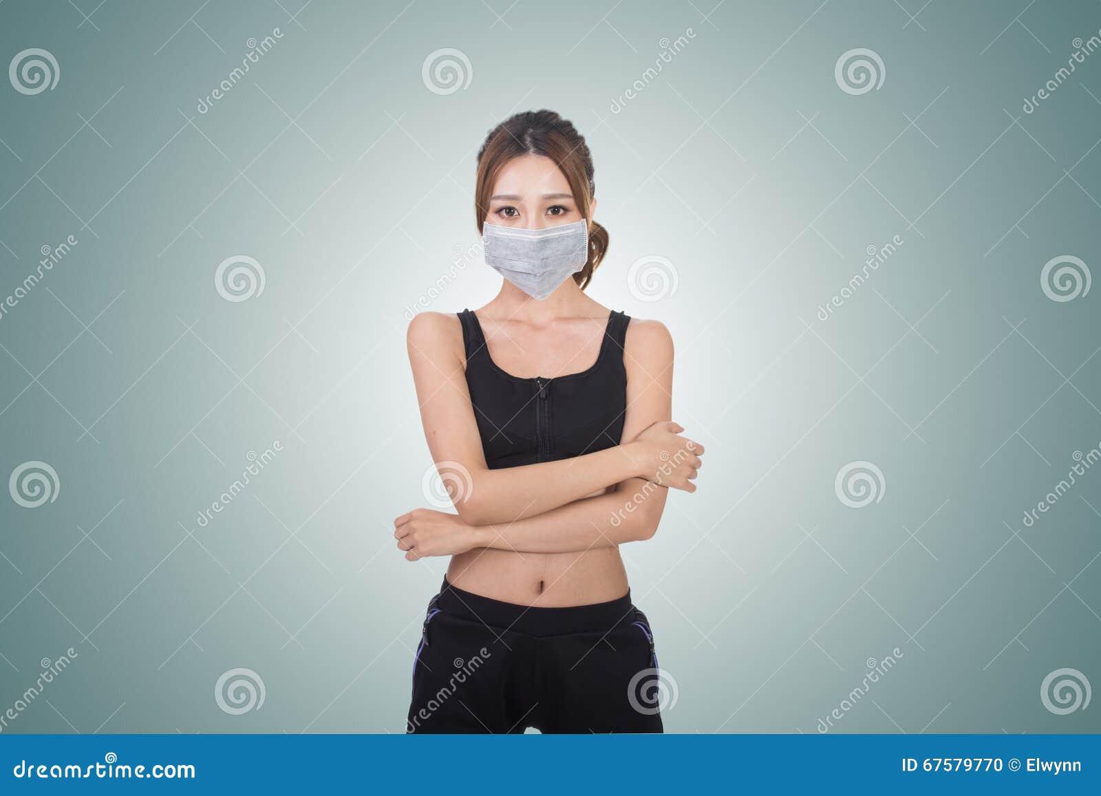 Donna asiatica con la mascherina