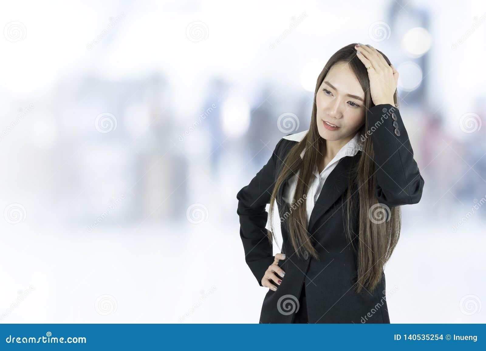 Donna asiatica di affari con l emicrania