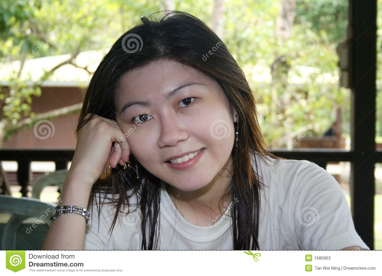 Donna asiatica sorridente