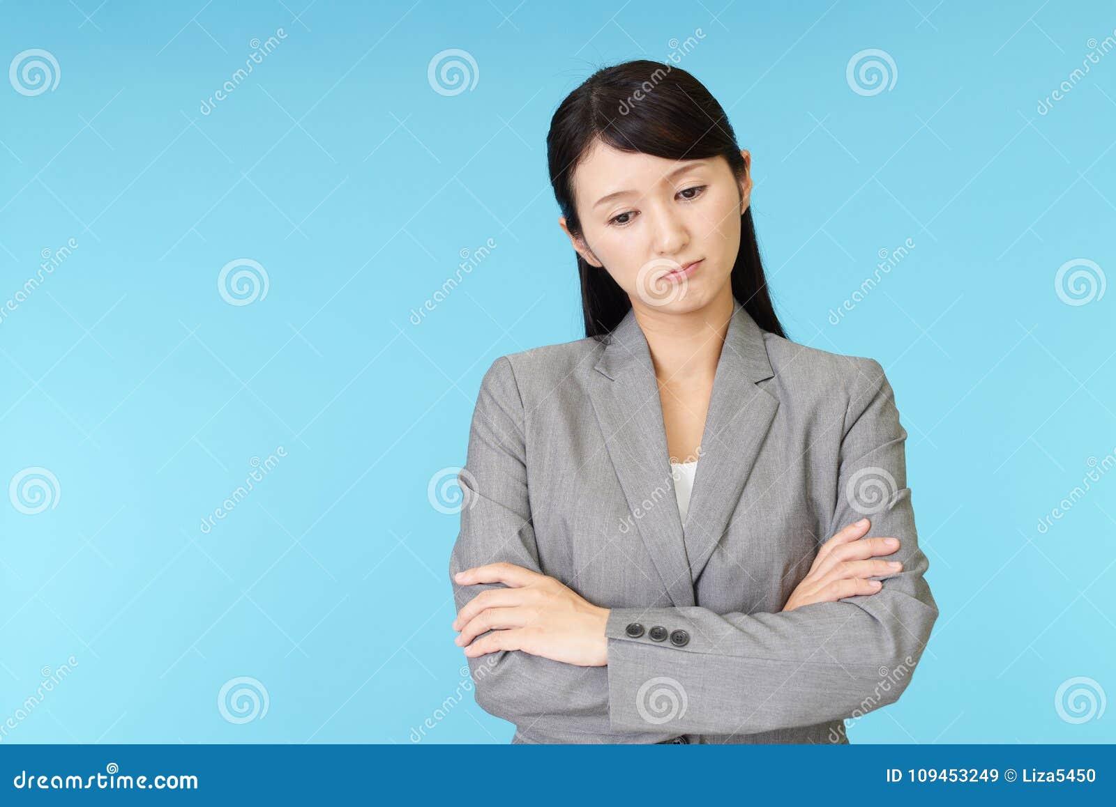 Donna asiatica stanca di affari