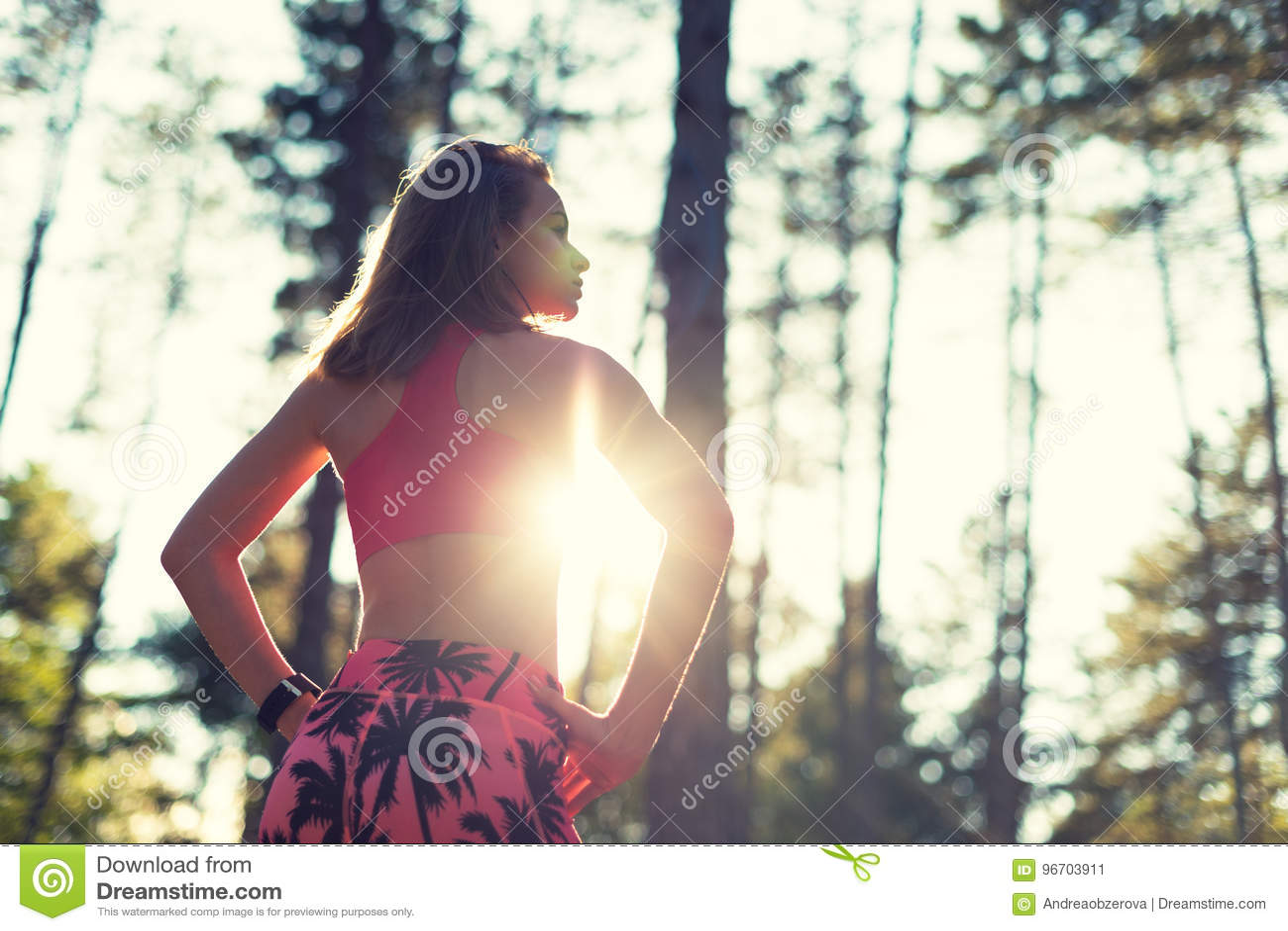 Donna atletica in una foresta, orologio astuto d uso di misura attraente, prendente una rottura dall allenamento intenso Sport, f