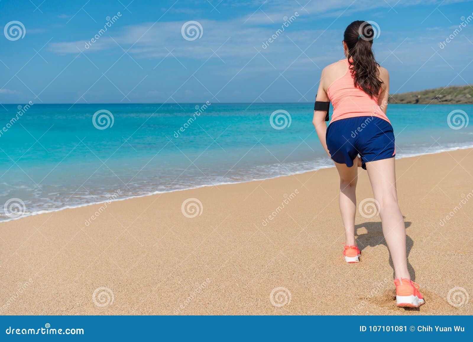 Donna attraente che allunga le gambe che fanno riscaldamento