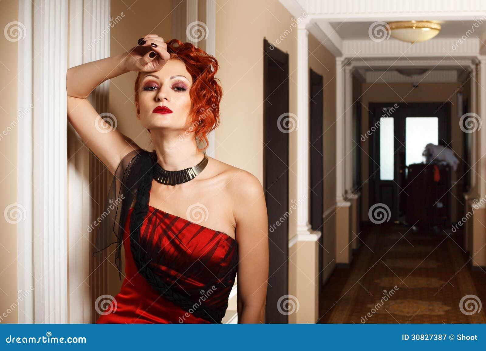 Donna attraente nel rosso