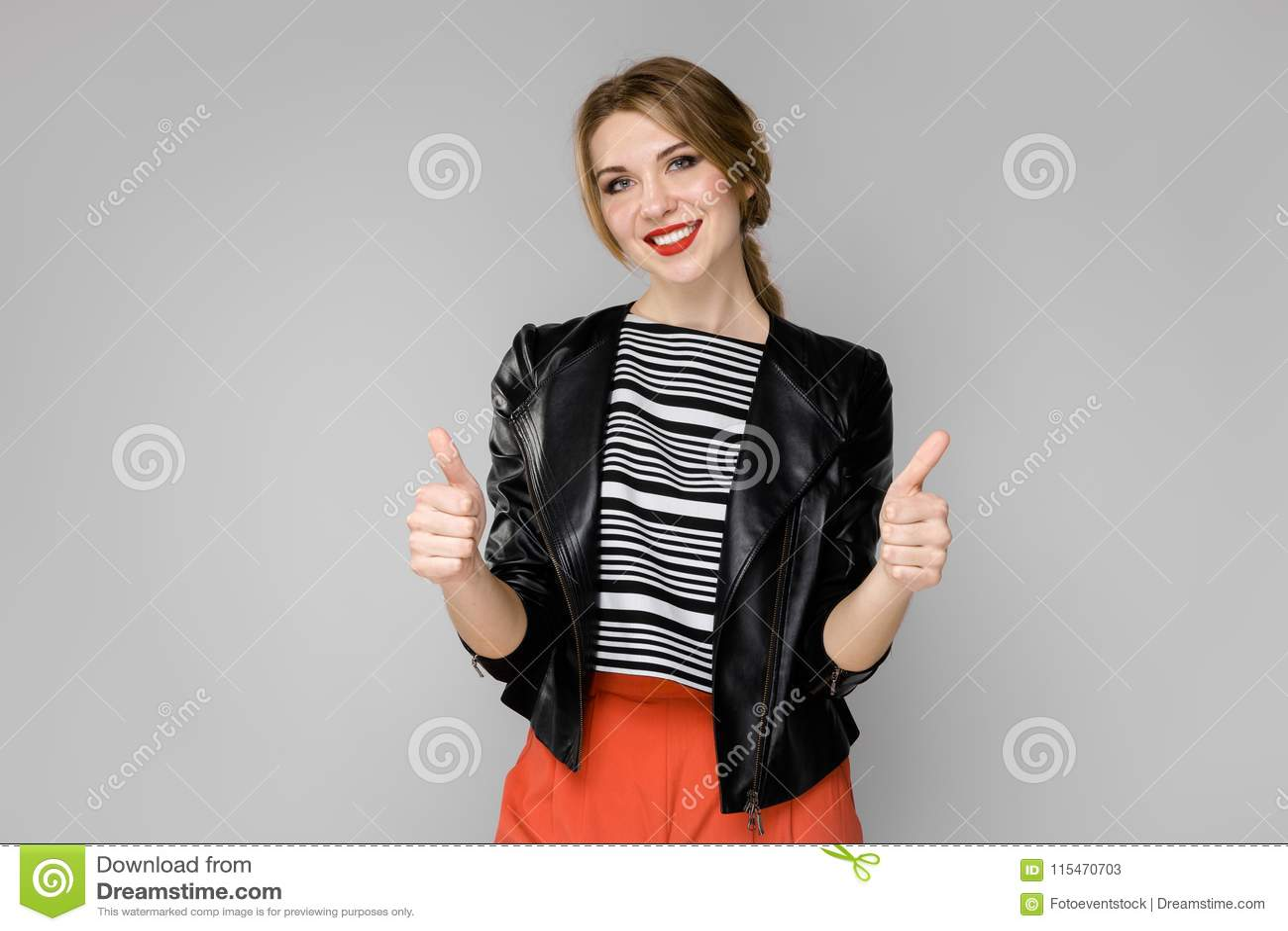 Donna attraente in vestiti alla moda