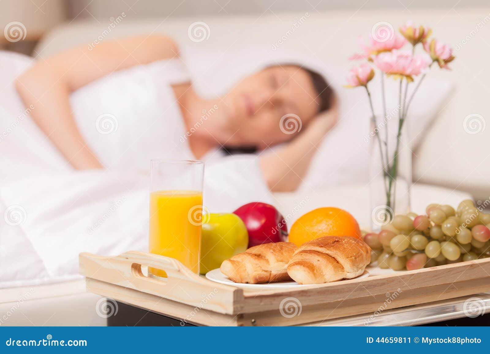 Donna bella con la prima colazione a letto presto immagine - Colazione a letto immagini ...