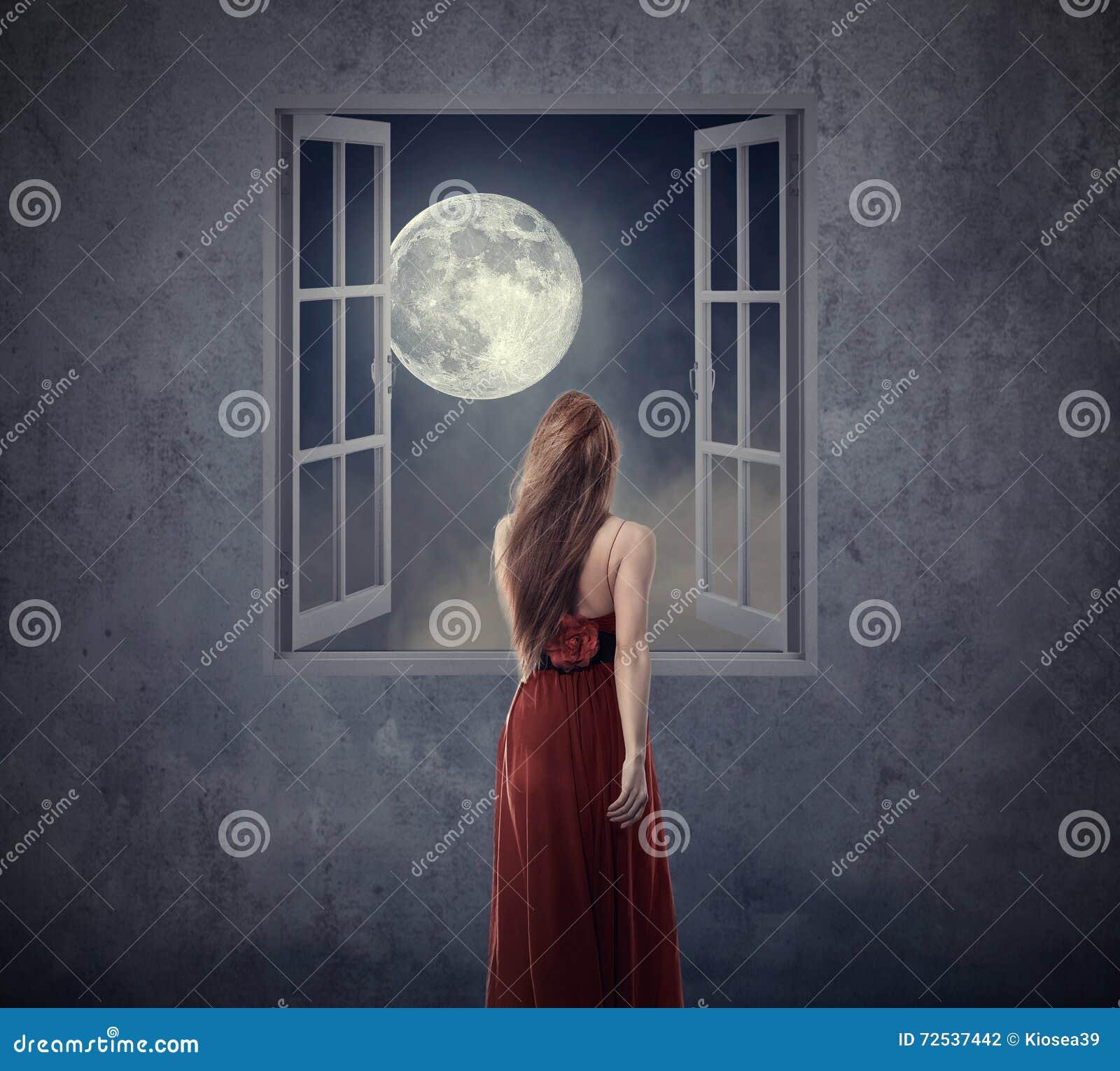 Donna bella in vestito rosso che cammina alla finestra for Disegno di finestra aperta
