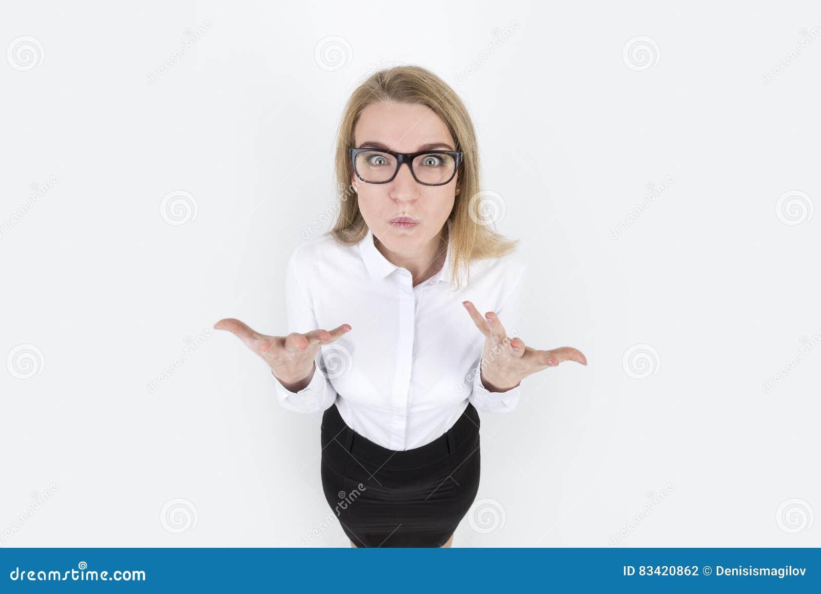 Donna bionda arrabbiata in vetri