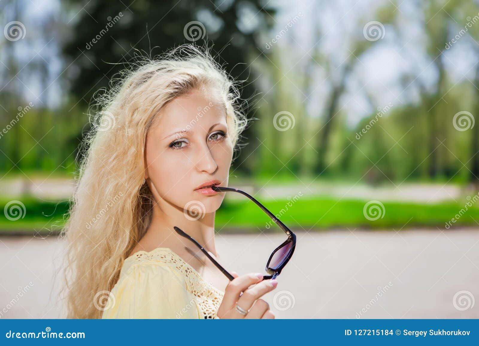 Donna bionda attraente