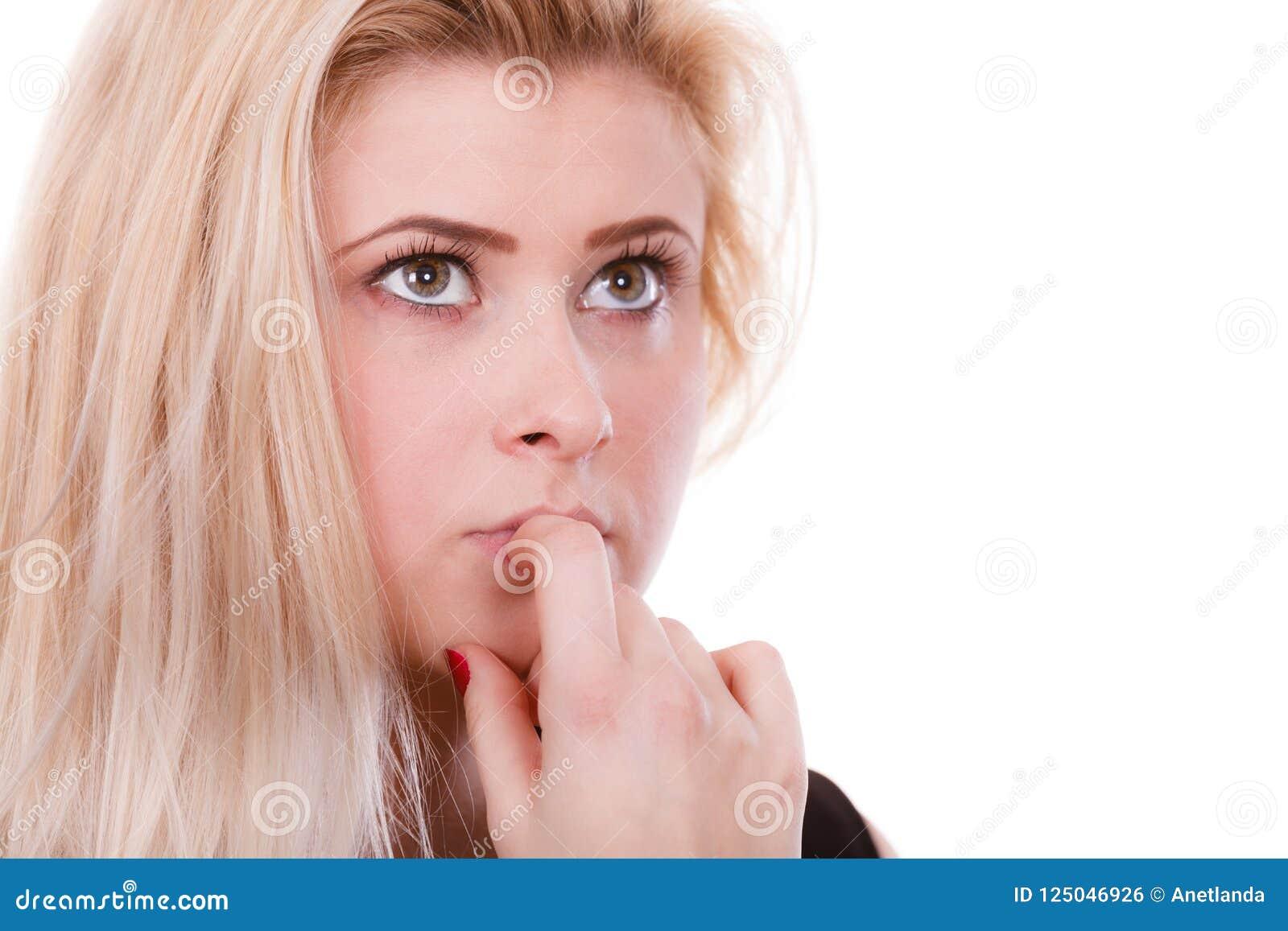 Donna bionda attraente che pensa e che contempla