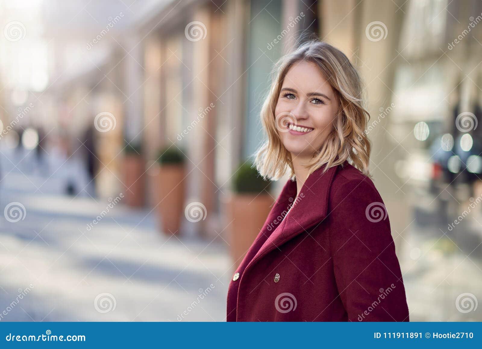 donna bionda con cappotto marrone