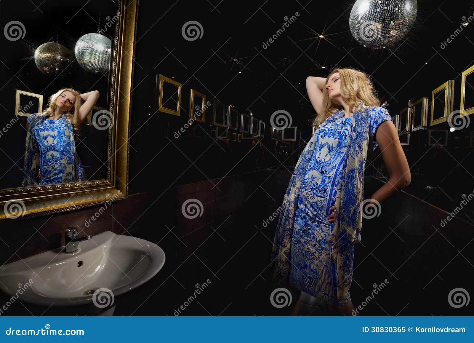 Donna bionda davanti allo specchio