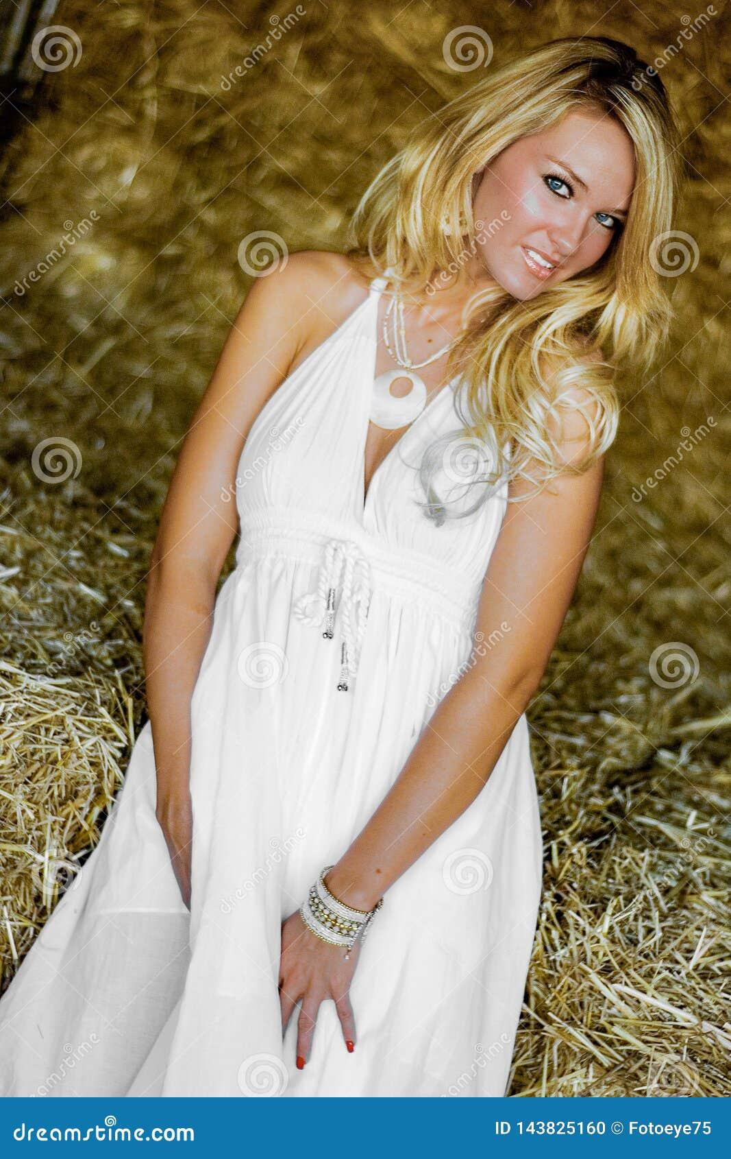 Donna bionda della ragazza vestita come il paese o cowgirl dell azienda agricola