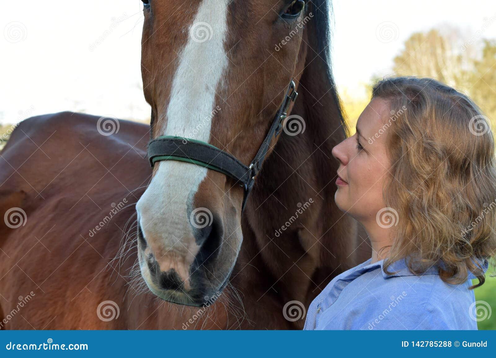 Donna bionda ed il suo cavallo