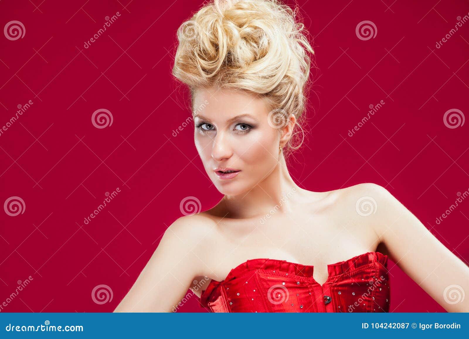 Donna Bionda In Vestito Rosso Immagine Stock - Immagine di ...