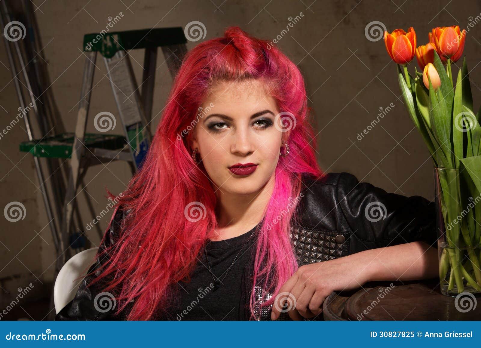 Donna calma in capelli rosa