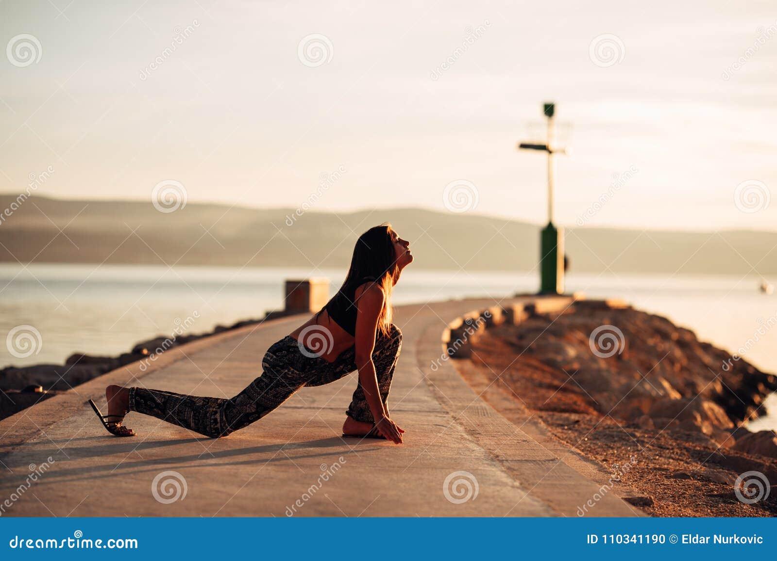 Donna calma spensierata che medita in natura Individuazione della pace interna Pratica di yoga Stile di vita curativo spirituale