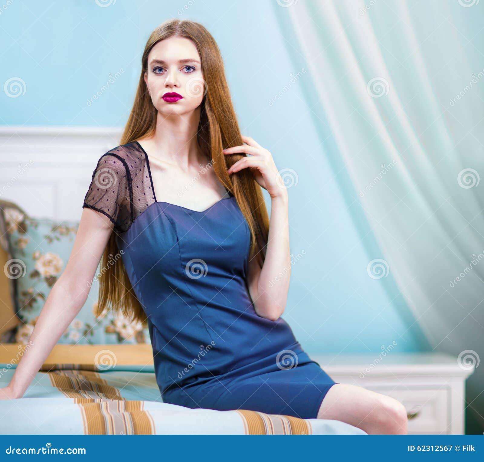 donna in camicia da notte blu nell'interno di lusso della camera ... - Donne In Camera Da Letto