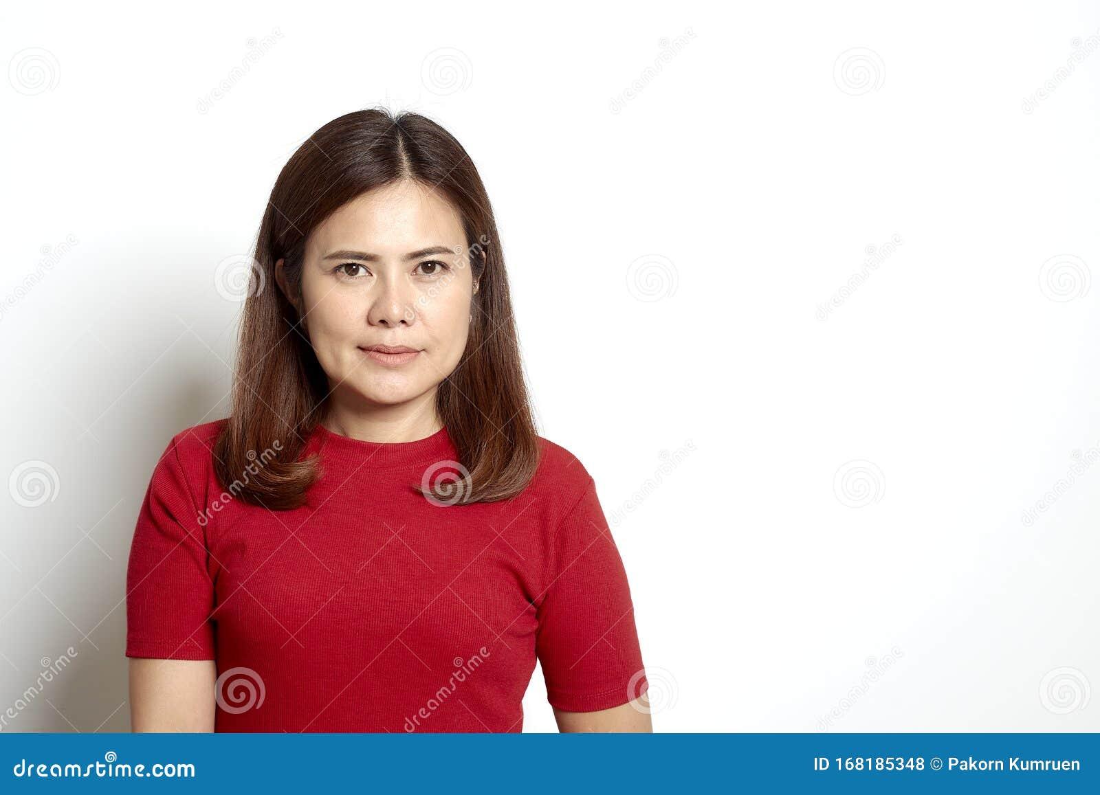 Donna: Capelli Castani Corti Asiatici Con Vestito Rosso ...