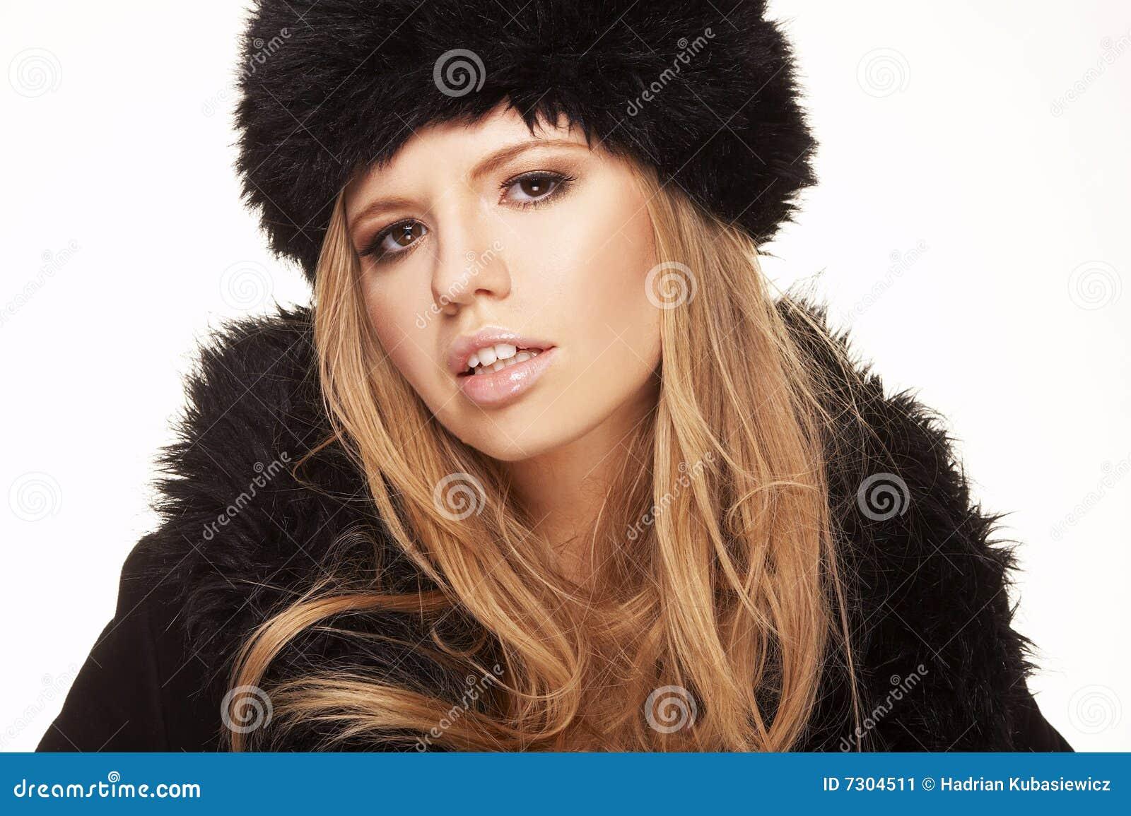 Donna in cappello e cappotto di pelliccia neri