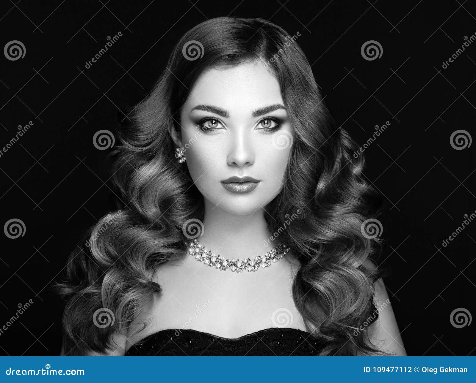 Ragazza castana con capelli ricci lunghi e brillanti Bello Woman di modello  con l acconciatura riccia Prodotti per i capelli di bellezza e di cura  Trucco ... 10dad5b0dc64