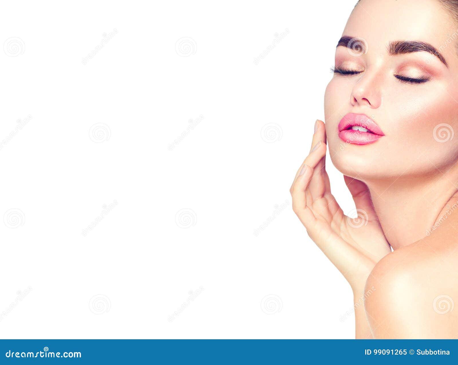 Donna castana della stazione termale di bellezza che tocca il suo fronte Skincare