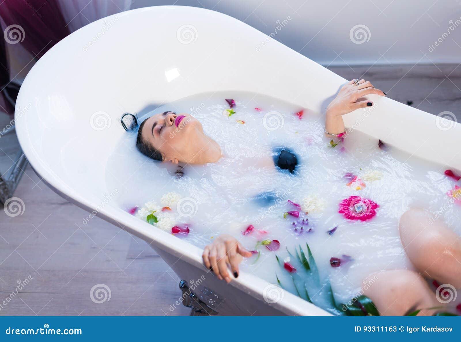 Donna castana sexy che si rilassa nel bagno caldo del latte con i fiori immagine stock - 94 si fa in bagno ...