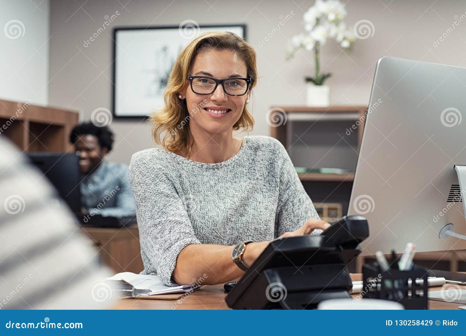 Donna Immagine Al Matura Stock Lavora Computer Che Casuale shtdrQ