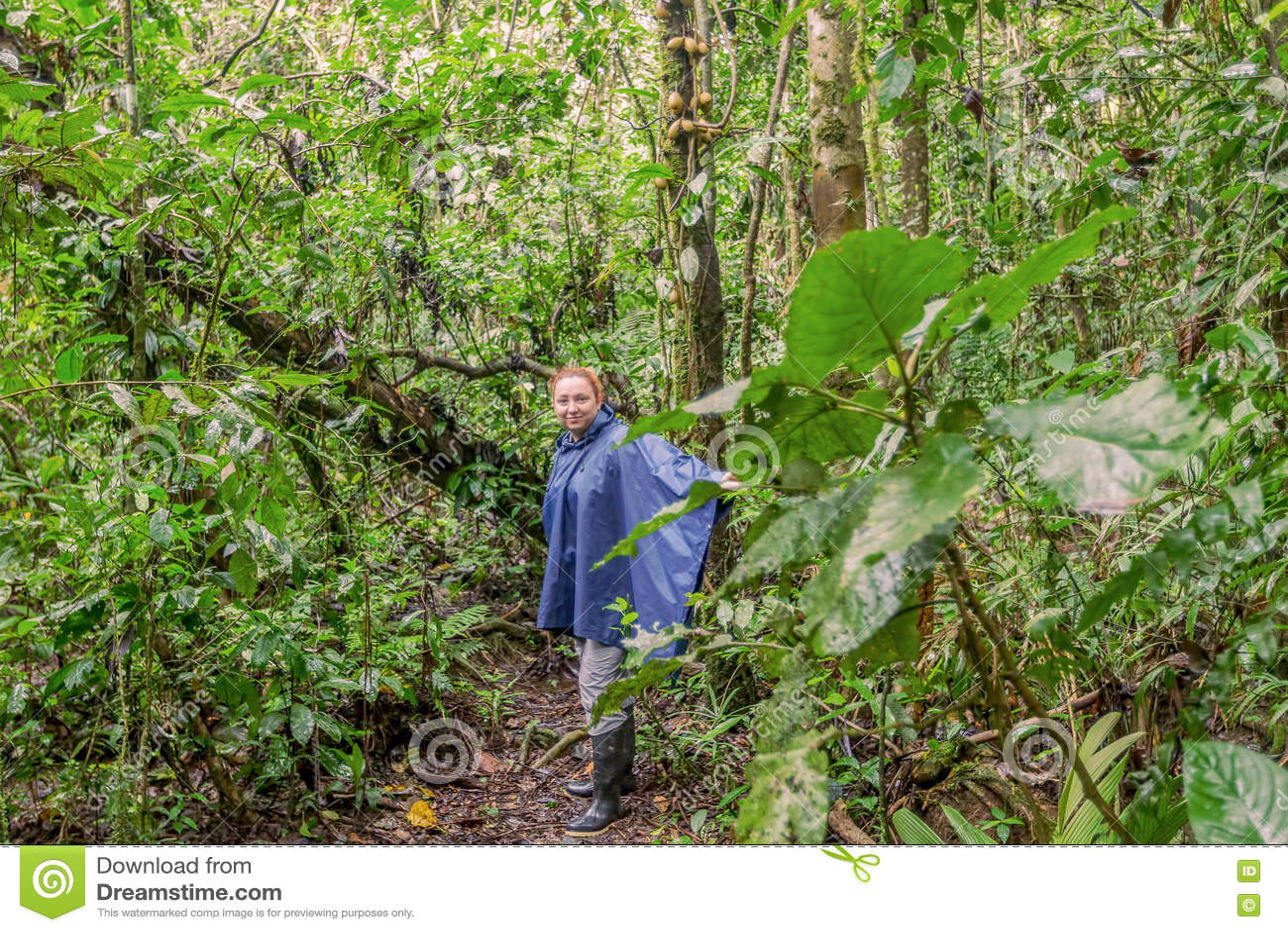 Donna caucasica che viaggia lungo la giungla amazzoniana