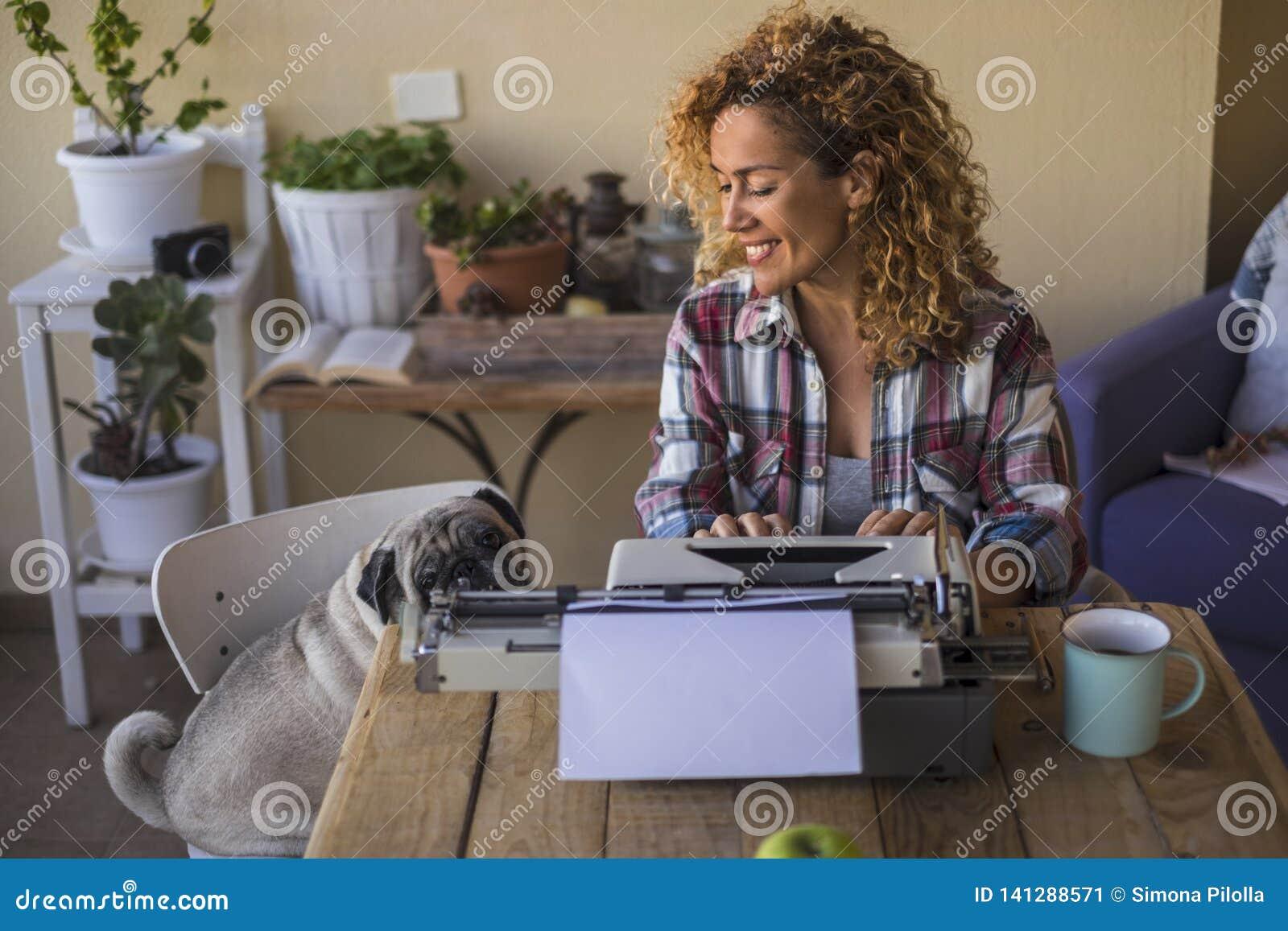 Donna caucasica graziosa di medio evo utilizzare una vecchia macchina da scrivere per scrivere un blog o un libro all aperto vici