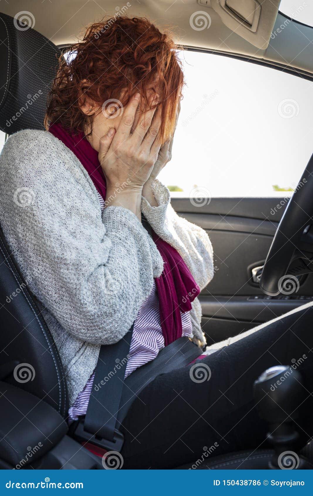 Donna che è impaurita guidare