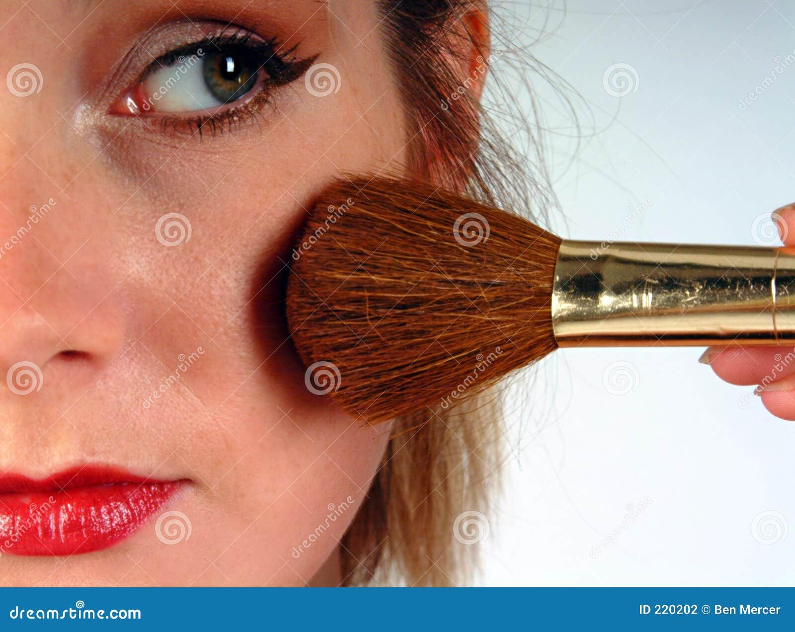 Donna che applica blusher